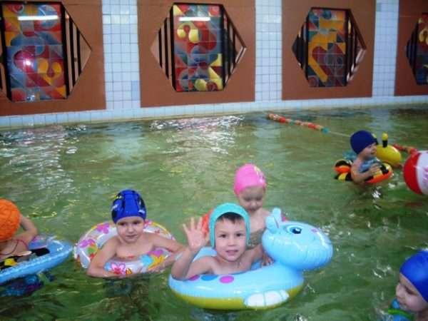 Дети в кругах в бассейне