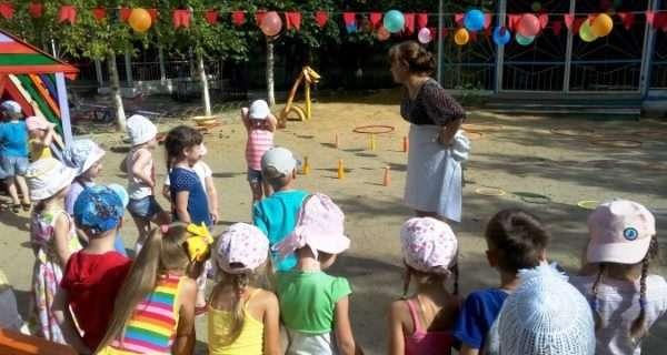 Дети и воспитатель в образе на улице
