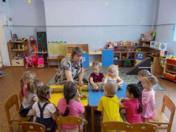 Дети играют с педагогом в паровозик