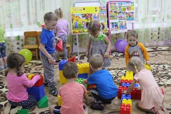 Дети играют с большими блоками конструктора