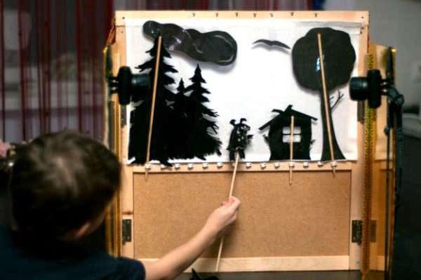 Ребёнок разыгрывает теневой спектакль