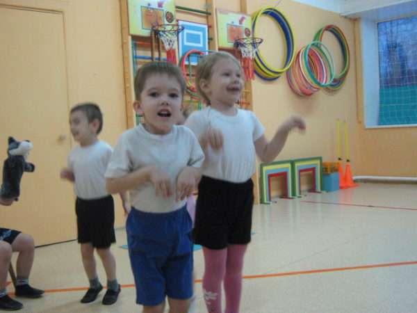 Дети сложили ручки перед собой и показывают заиньку