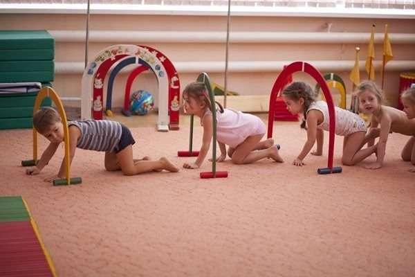 Дети проползают под препятствием