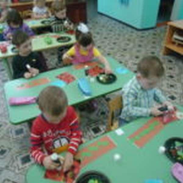 Дети за партами делают поделки из бумаги