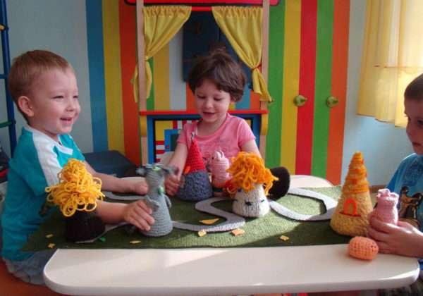 Дети разыгрывают сценку с помощью кукол в виде конусов