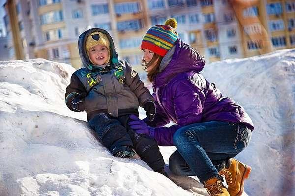 На зимней прогулки с детьми можно покататься на горках