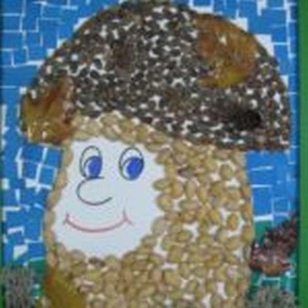 Изображение гриба, выполненное из семян, орехов и цветной бумаги