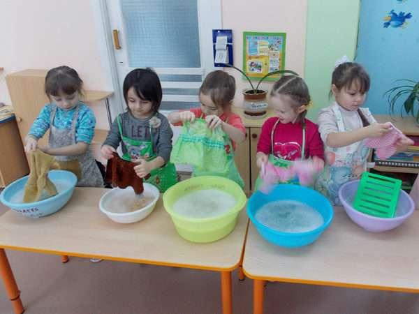 Девочки стирают кукольную одежду