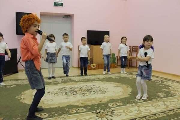 Дети играют разные роли на утреннике в детском саду