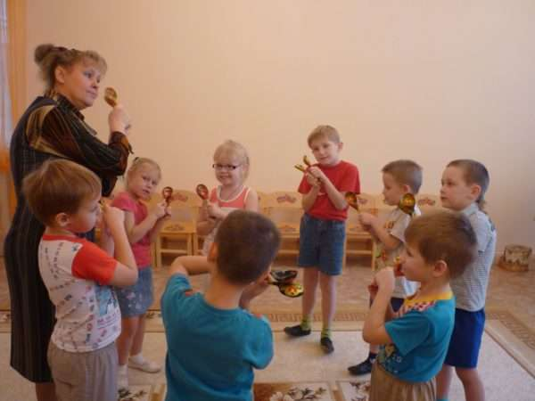 Дети и педагог выстукивают ритм деревянными ложками