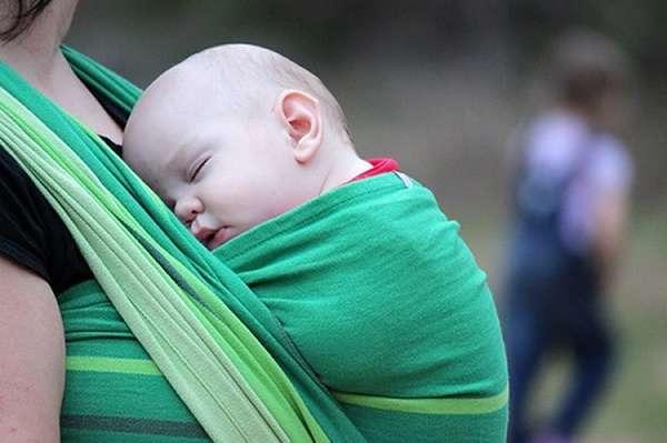 Ношение ребенка в слинге