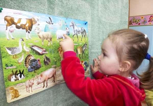 Девочка пальчиком проводит линии от животного