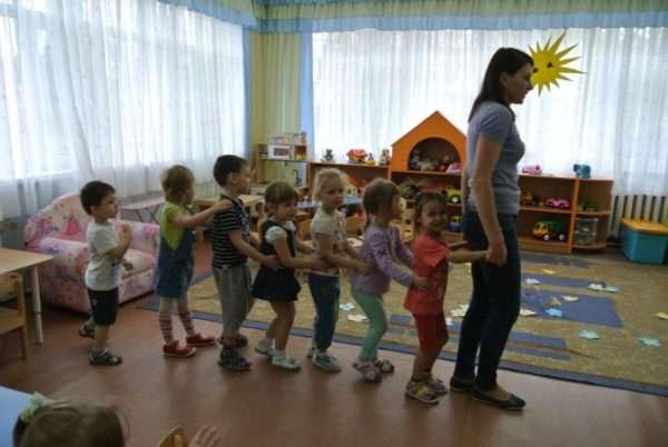 Педагог с детьми изображают паровозик