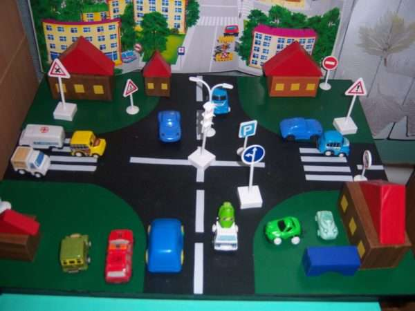 Игровой макет проезжей части с машинками, дорожными знаками и светофором