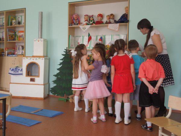 Дети окружили воспитательницу