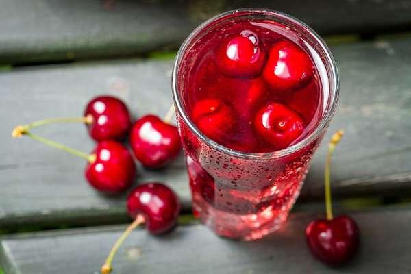 Компот из вишни является отличным напитком для утоления жажды летом