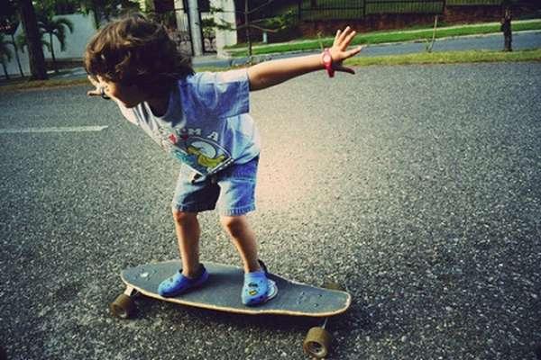 ребенок на скейте
