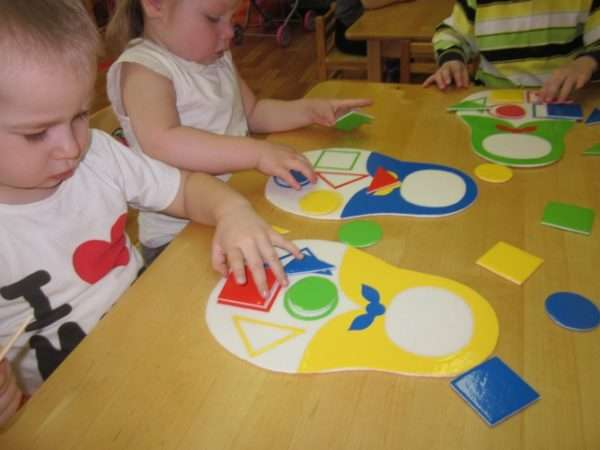 Дети собирают матрёшек из геометрических фигур