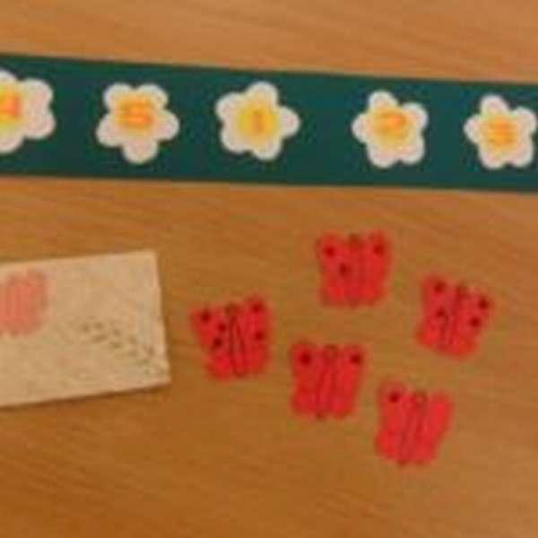 Бабочки числом пятен на крыльях от 1 до 5 и цветочки с этими же цифрами, идущие в случайном порядке