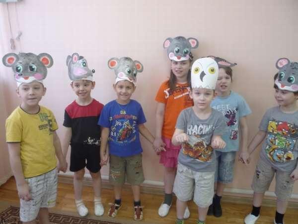 Дети с масками совы и мышей на голове