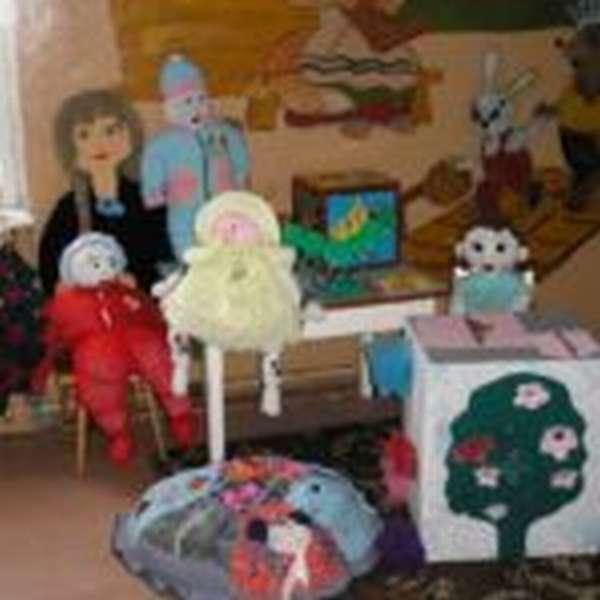 Самодельные куклы на столе