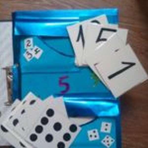 Цифры и карточки с точками