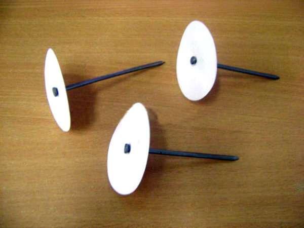 Три бумажных круга нанизаны на гвозди