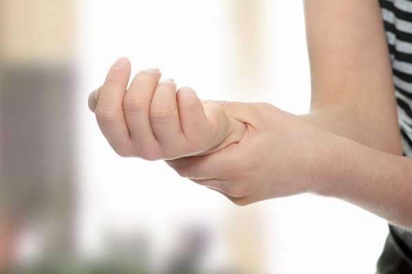 Оказать квалифицированную помощь при онемении рук может только специалист, не следует заниматься самолечением