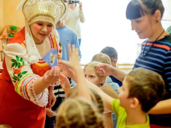 Василиса Премудрая что-то показывает детям
