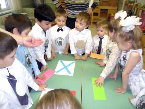 Дети рассматривают Андреевский флаг