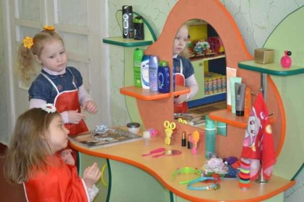 дети играют в парикмахерскую