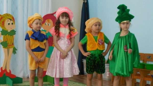 Дети стоят в костюмах