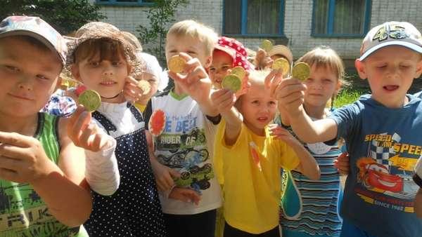 Дети с шоколадными медальками