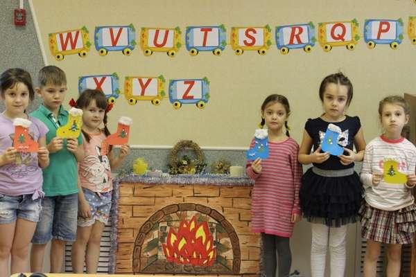 Дети с поделками в виде рождественских носочков