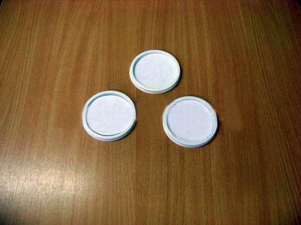 Три крышки с заклеенной белой бумагой поверхностью