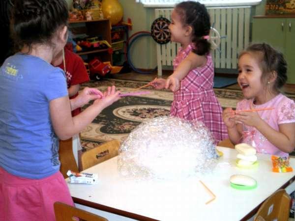 Девочки проводят опыты с мыльными пузырями