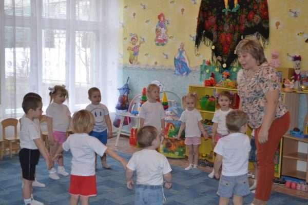Воспитатель объясняет упражнение детям
