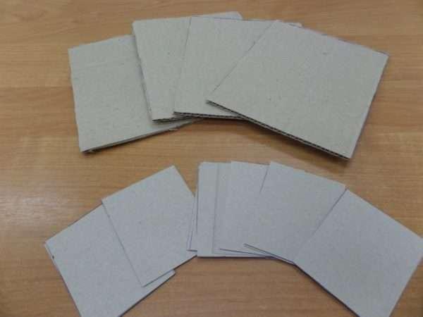 Картонные карточки на столе