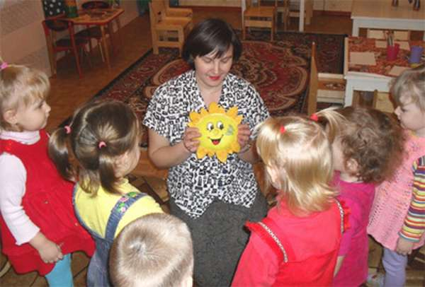педагог показывает детям игрушку