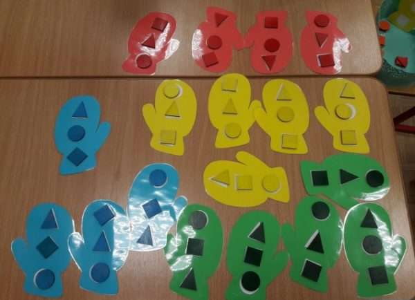 Разноцветные варежки с прорезями для геометрических фигур