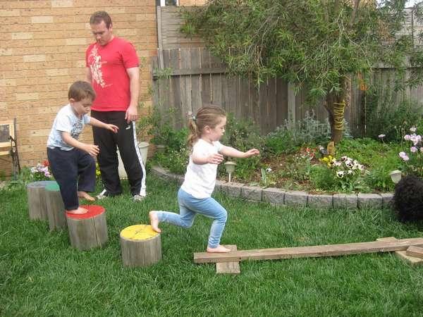 Чтобы занять детей на даче, можно сделать им специальный путь по пенькам и доскам