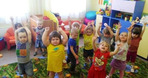 Дети стоят, подняв ручки вверх