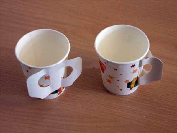 Два бумажных стаканчика с приклеенными ручками