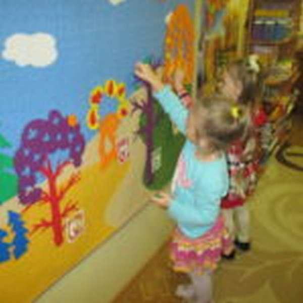дети выкладывают на панно лес