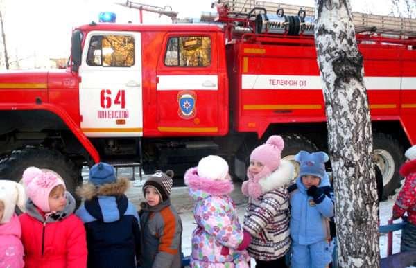 Дети рассматривают пожарную машину