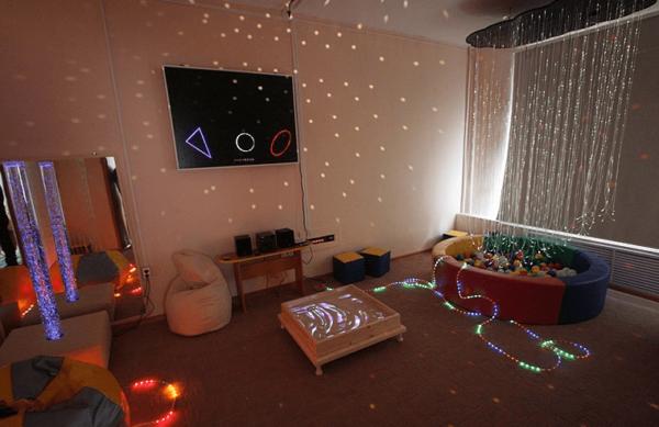 Тёмная сенсорная комната со световым оборудованием
