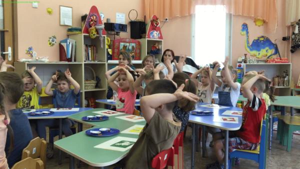 Дети выполняют двигательное упражнение на открытом занятии