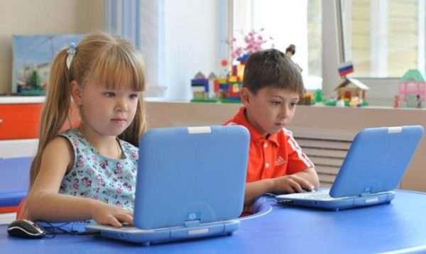 дети у детских ноутбуков