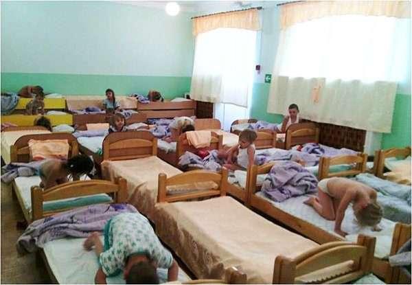 Дети в позе кошки на кровати