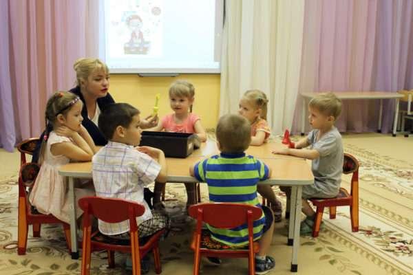 Педагог демонстрирует детям какой-то предмет